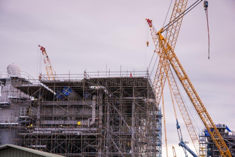 Кран и строительная конструкция индустрии стоковая фотография