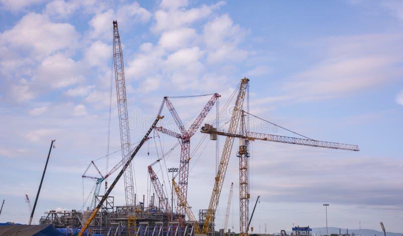 Кран и строительная конструкция индустрии стоковое изображение