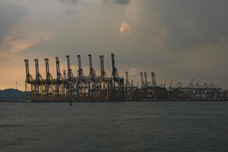 Кран контейнера на доке загрузки Tanjong Pagar, Сингапуре стоковые фотографии rf