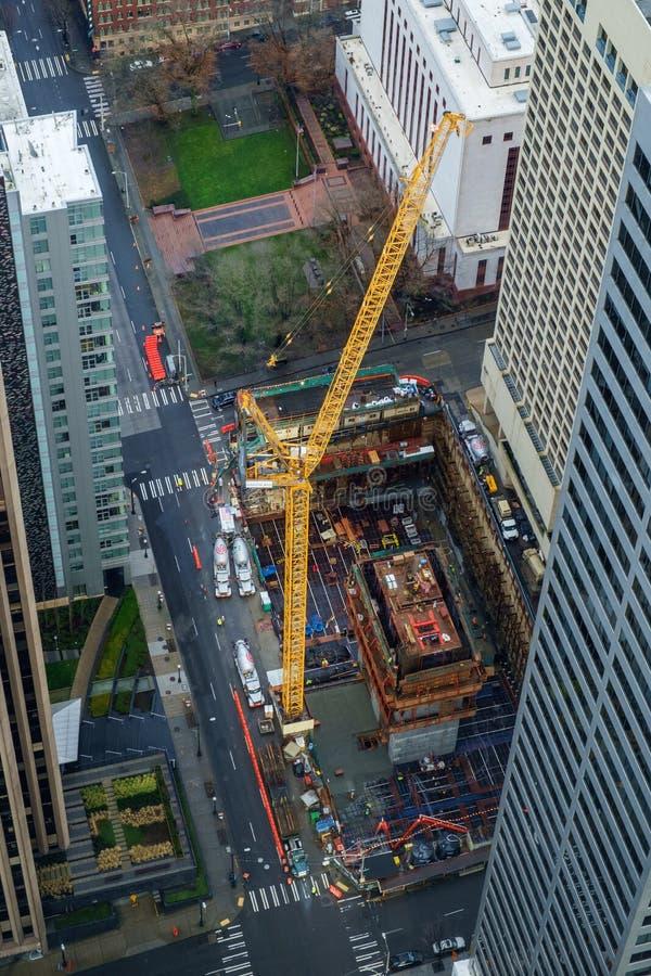 Кран на городской строительной площадке стоковое фото rf