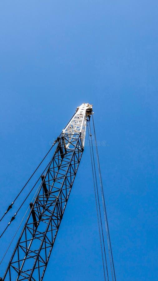 Кран на голубом небе стоковое фото