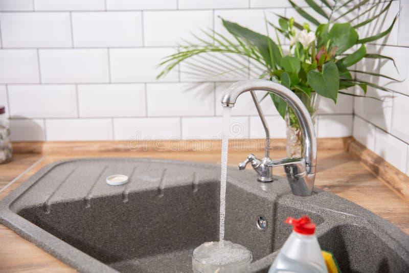 кран пропускает вода кухни чисто которая стоковое изображение rf