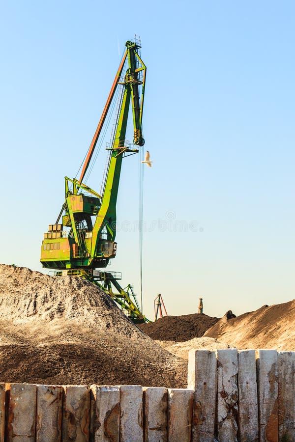 Кран работая в гавани стоковое фото rf
