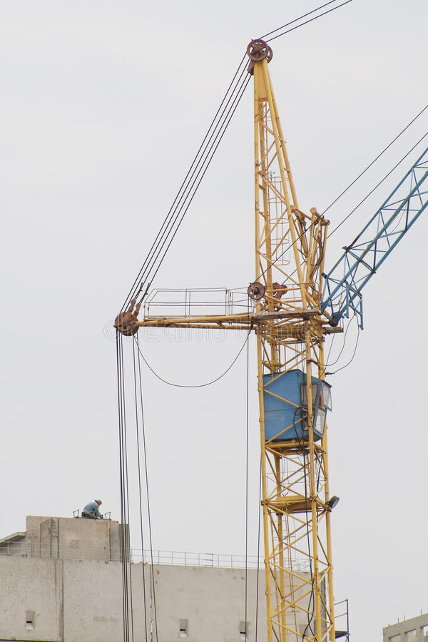 Кран строит здание стоковое фото