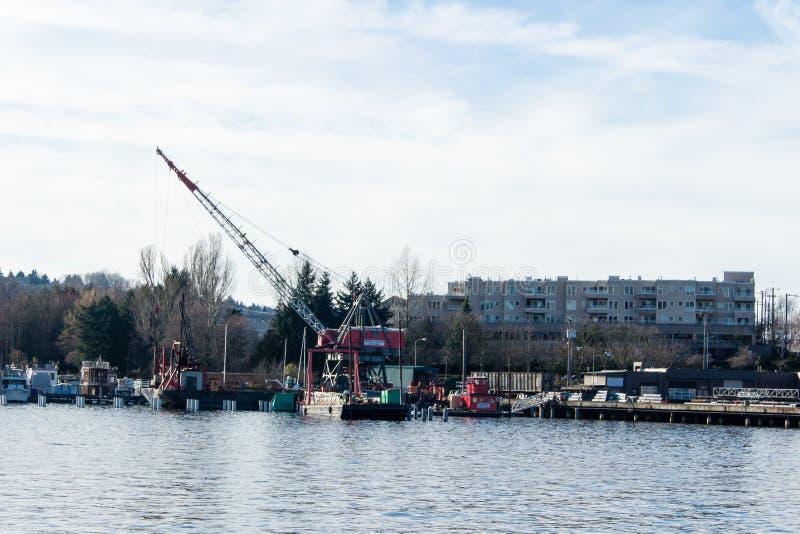 Кран установил на барже в соединении Сиэтл озера, Вашингтоне стоковая фотография