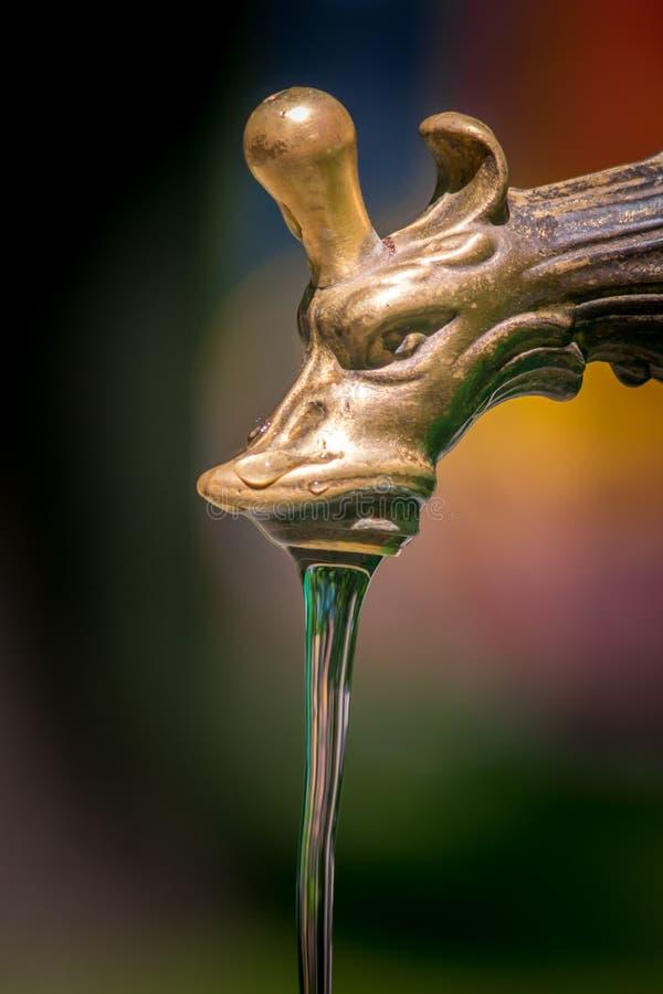 Кран чистой воды пропускает из крана стоковое фото