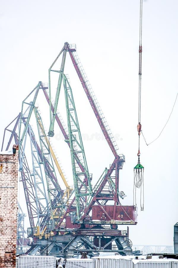 Кран Indastrial в порте груза на зиме готовой для работы стоковая фотография rf