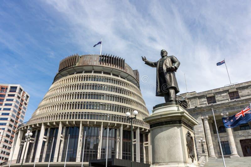 Крапивница пчелы Новой Зеландии и здание парламента стоковые изображения rf