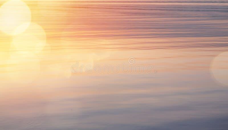 Красивая абстрактная сияющая предпосылка восхода солнца света и воды яркого блеска стоковые изображения rf