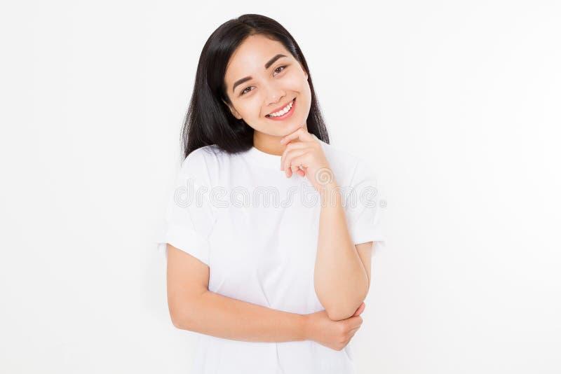 Красивая азиатская девушка при здоровая кожа изолированная на белой предпосылке Принципиальная схема Skincare Молодой корейский у стоковая фотография