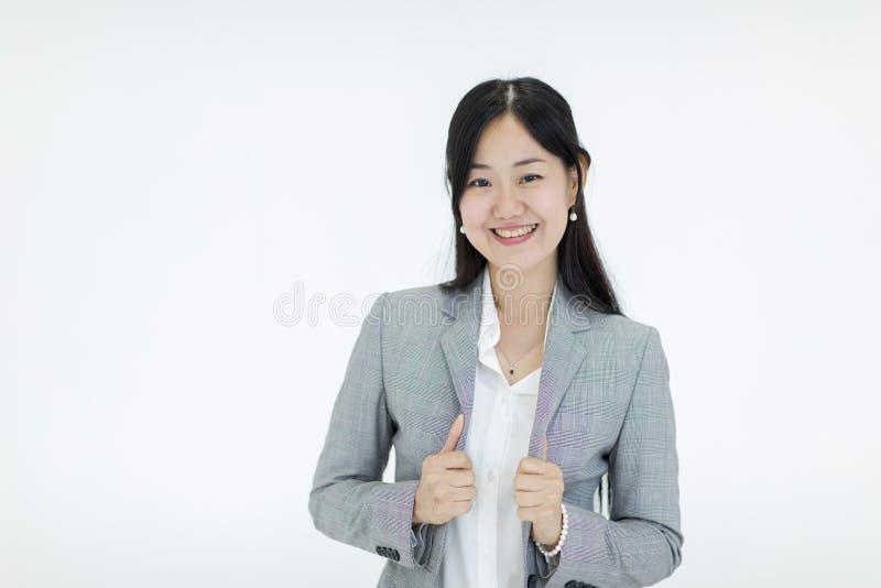 Красивая азиатская девушка с длинными волосами смотрит хорошее smil нося s стоковое фото