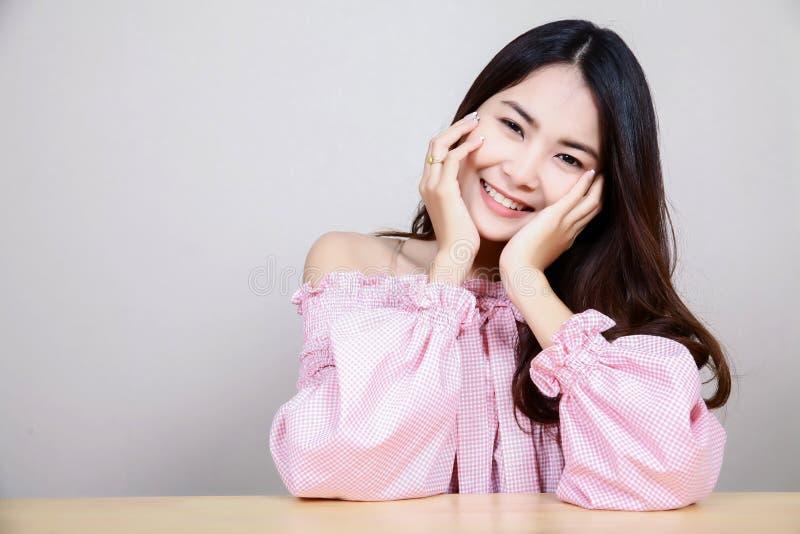 Красивая азиатская девушка с здоровой кожей Принципиальная схема Skincare Красивая усмехаясь молодая азиатская женщина с чистым,  стоковое изображение rf