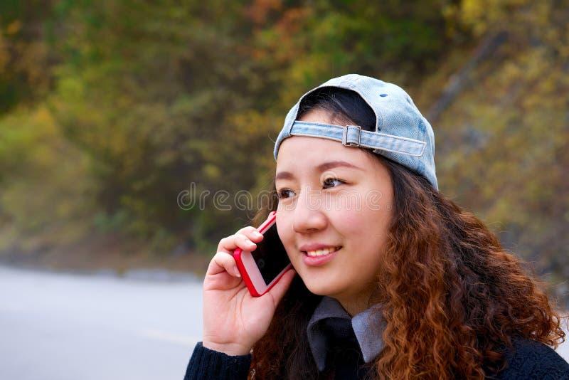 Красивая азиатская девушка вызывая мобильным телефоном стоковые фотографии rf