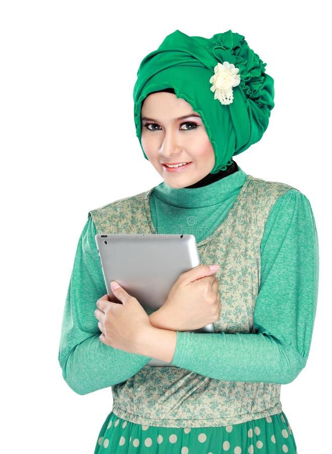 Download Красивая азиатская девушка с планшетом Стоковое Фото - изображение насчитывающей одежды, радостно: 37928774