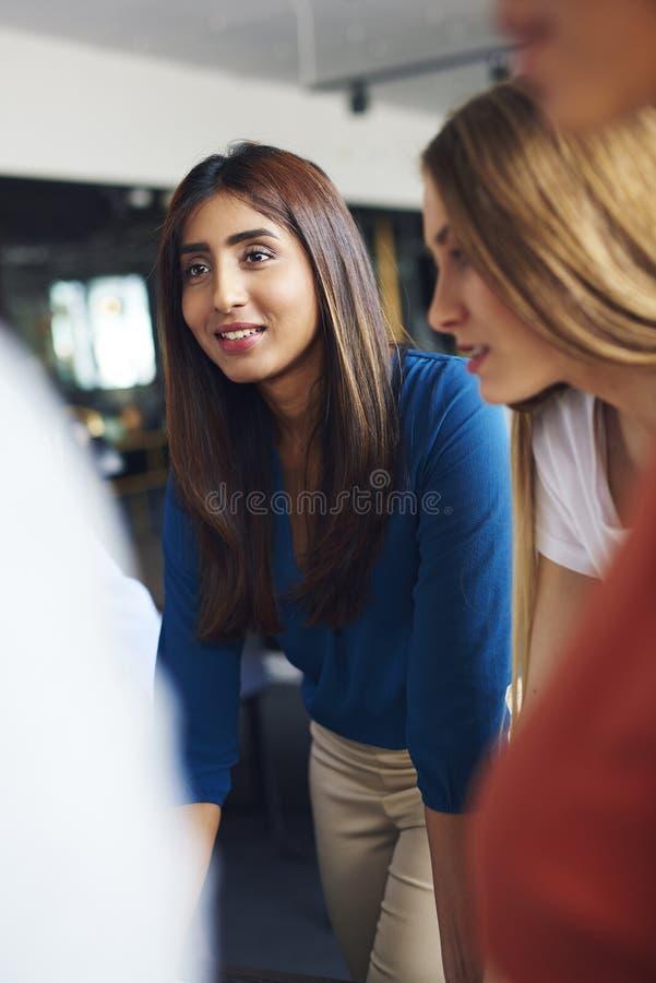 Красивая азиатская женщина во время деловой встречи стоковые фотографии rf