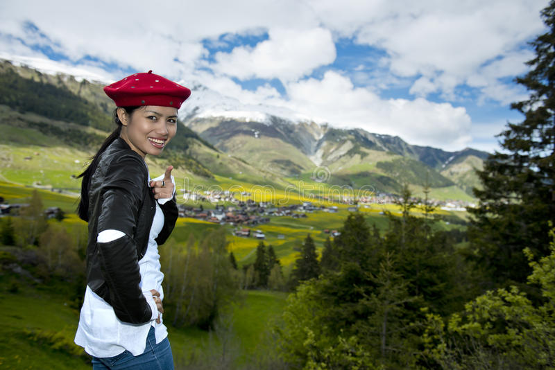 Красивая азиатская женщина в горных вершинах стоковые фото