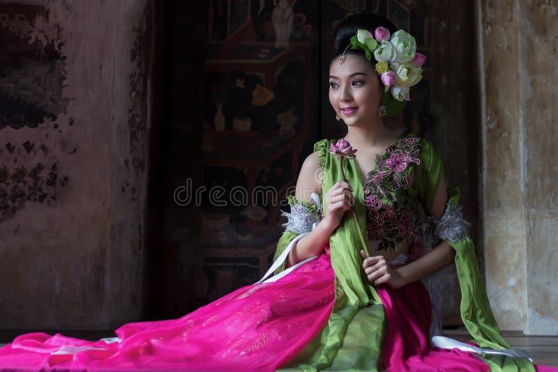 Красивая азиатская женщина держа цветок лотоса в наличии стоковое фото