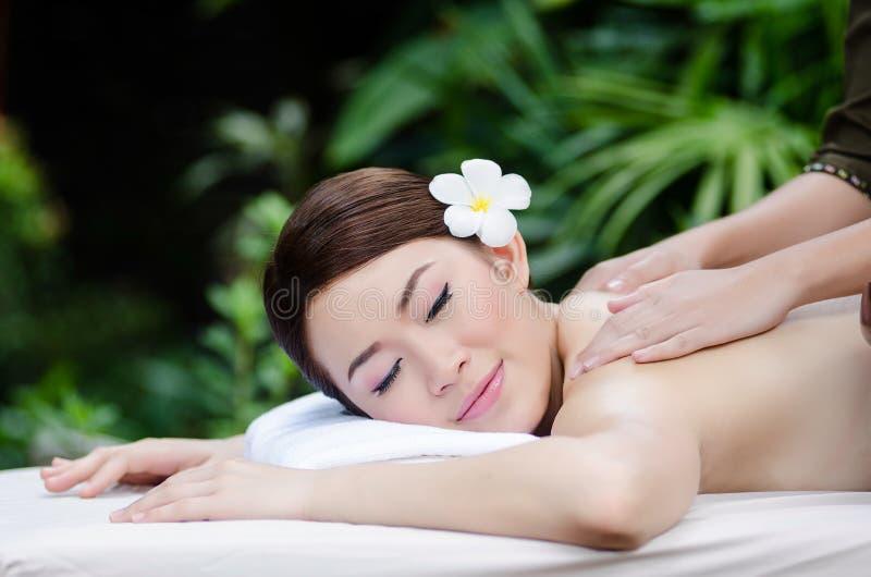 Красивая азиатская женщина делая массаж курорта стоковое изображение rf