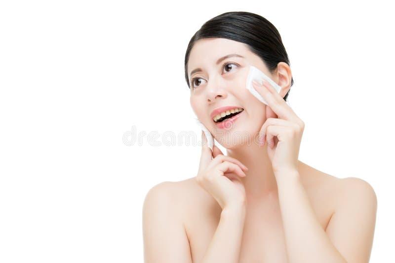 Красивая азиатская женщина извлекает состав от стороны с пробиркой хлопка стоковая фотография rf