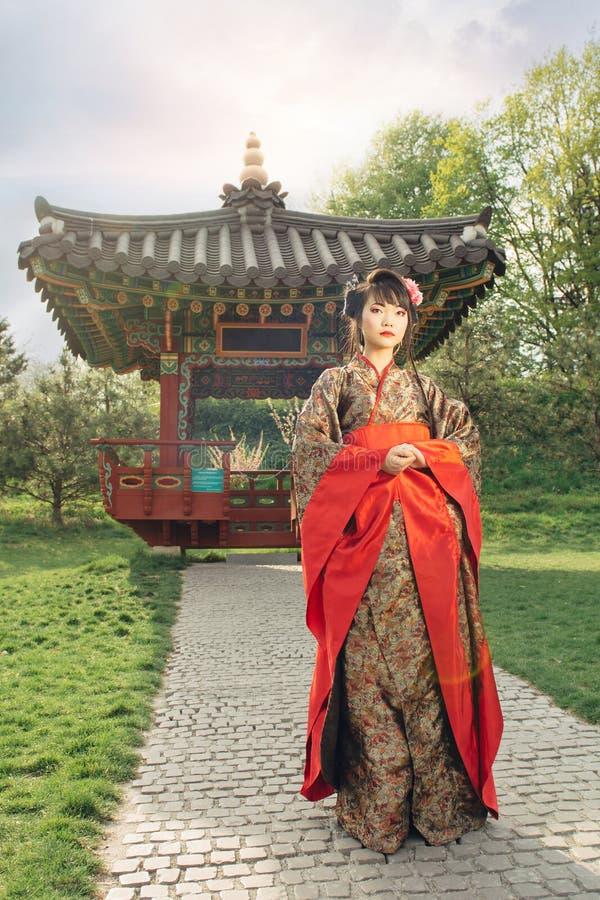 Красивая азиатская женщина идя в сад стоковая фотография rf