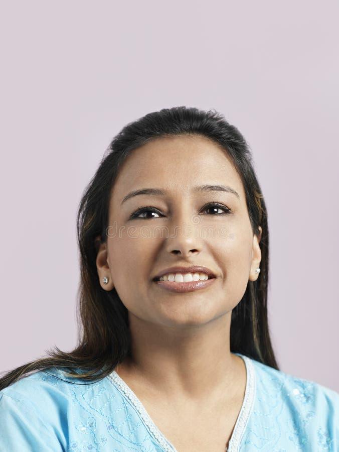 Красивая азиатская женщина смотря прочь стоковые фотографии rf