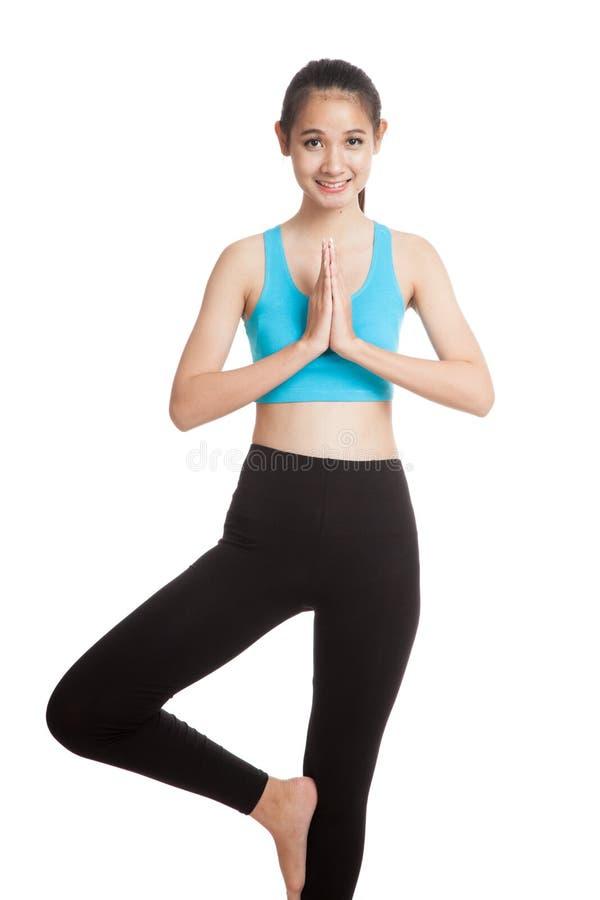 Красивая азиатская здоровая девушка делает представление йоги стоковые изображения