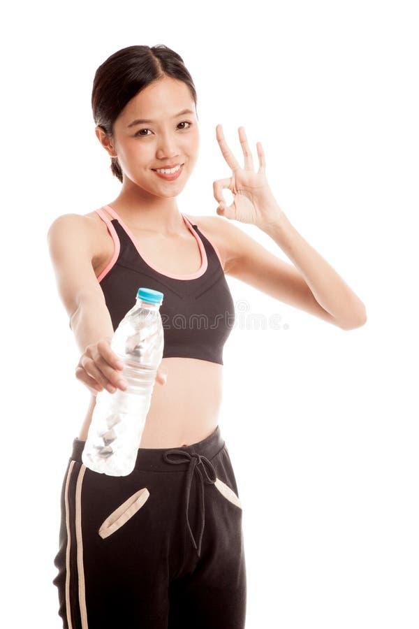 Красивая азиатская здоровая девушка с бутылкой питьевой воды стоковое изображение rf