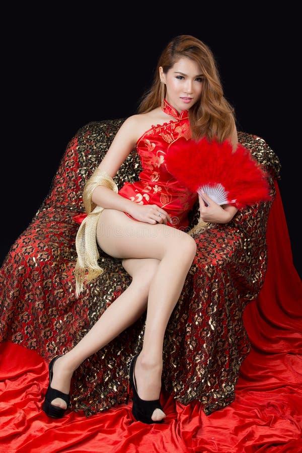Красивая азиатская модель нося традиционное Cheongsam стоковые фотографии rf