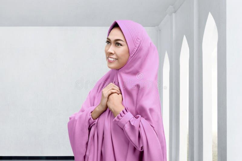 Красивая азиатская мусульманская женщина в головном платке стоковые изображения