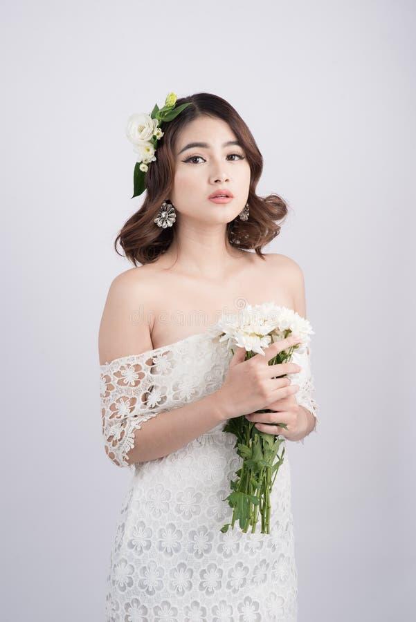 Красивая азиатская невеста женщины на серой предпосылке женщина портрета стороны крупного плана стоковые изображения rf