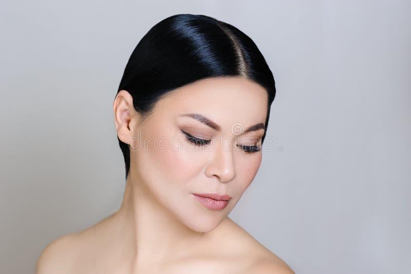 Красивая азиатская сторона женщины с чистой свежей кожей, обнаженным макияжем, косметологией, здравоохранением, красотой и спа стоковая фотография rf