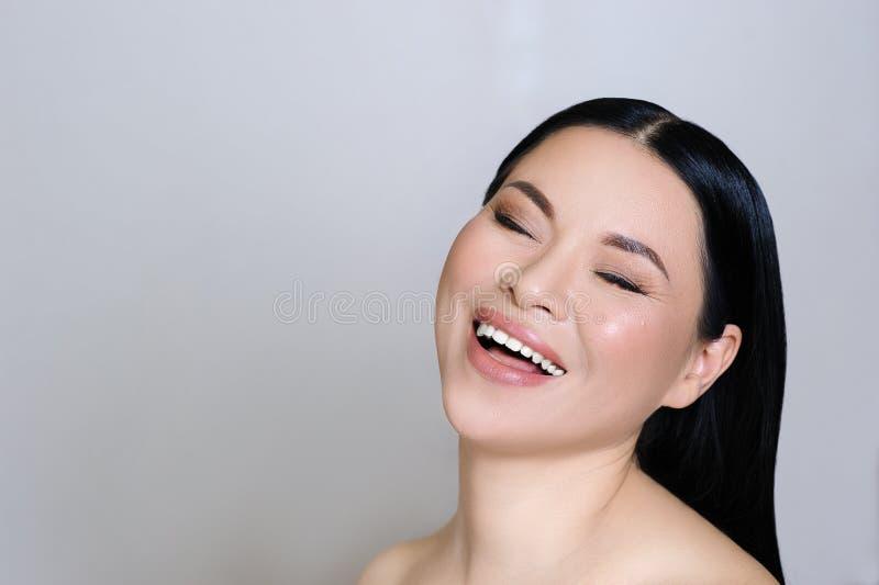 Красивая азиатская сторона женщины с чистой свежей кожей, обнаженным макияжем, косметологией, здравоохранением, красотой и спа стоковая фотография