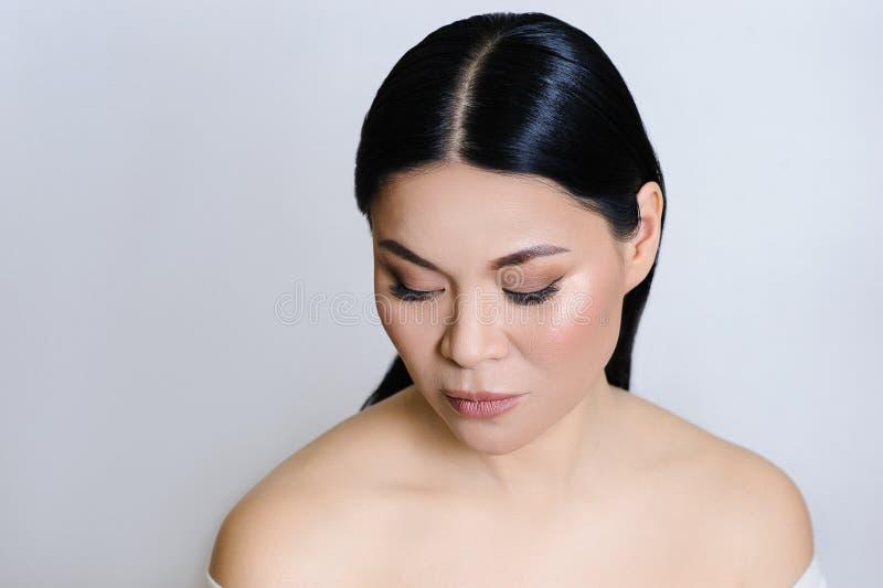 Красивая азиатская сторона женщины с чистой свежей кожей, обнаженным макияжем, косметологией, здравоохранением, красотой и спа стоковые фото