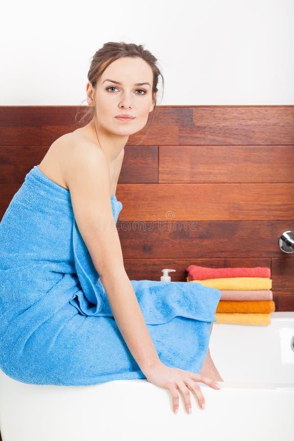 Красивая дама в ванной комнате стоковые фотографии rf