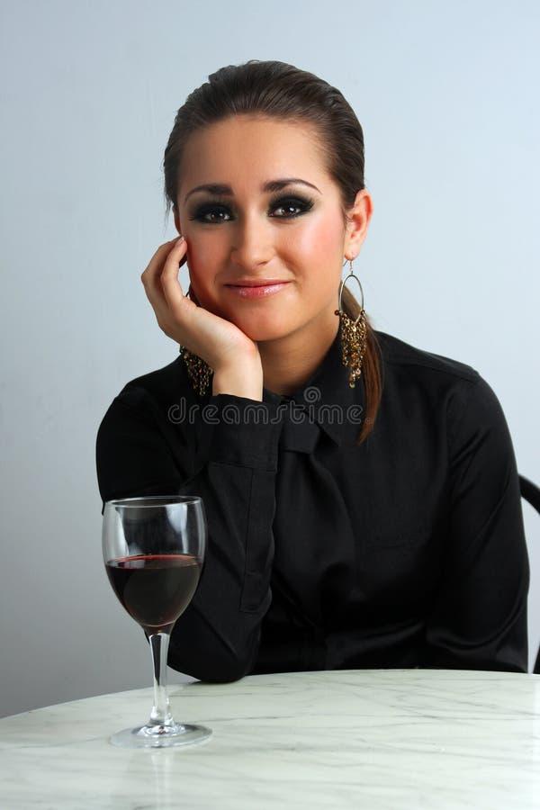 Красивая дама дела в ресторане празднуя с красным вином стоковая фотография