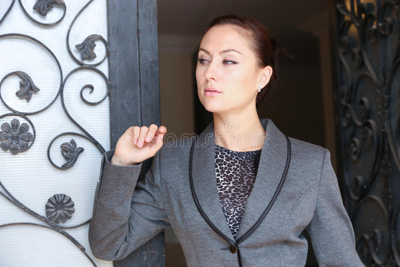 Красивая дама ждать на двери стоковые изображения rf