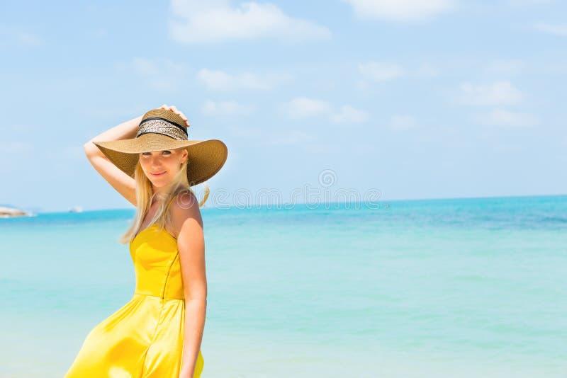 Красивая дама на пляже стоковое изображение