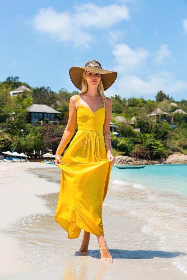 Красивая дама на пляже стоковая фотография rf