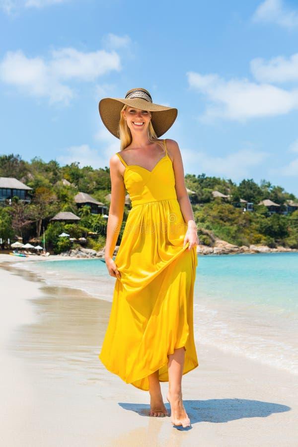 Красивая дама на пляже стоковые фото