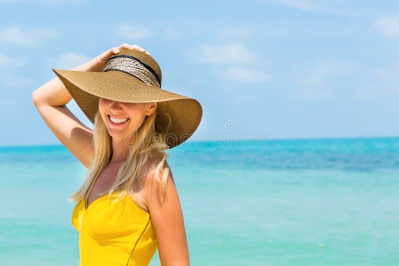 Красивая дама на пляже стоковое изображение rf