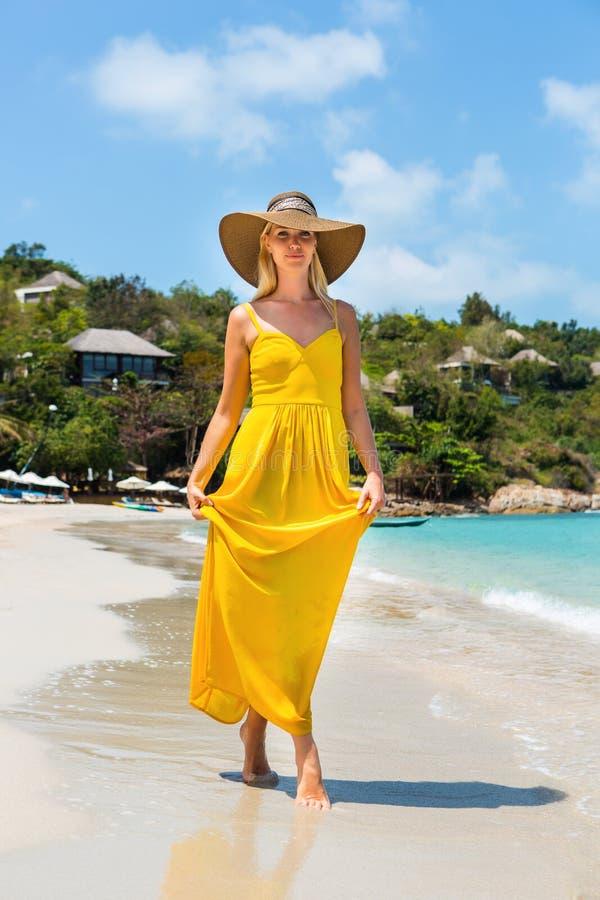 Красивая дама на пляже стоковые изображения rf