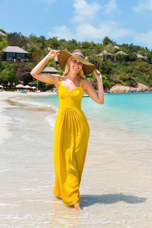 Красивая дама на пляже стоковое фото rf