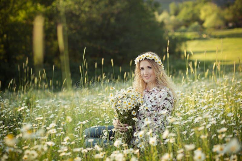 Красивая дама с милой дочерью на поле стоцвета стоковые фотографии rf