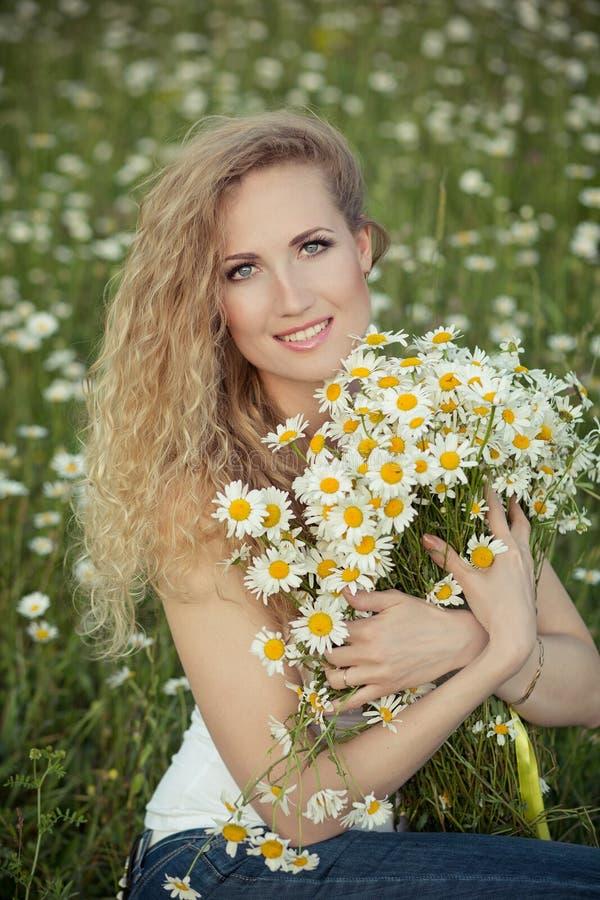 Красивая дама с милой дочерью на поле стоцвета стоковые изображения rf