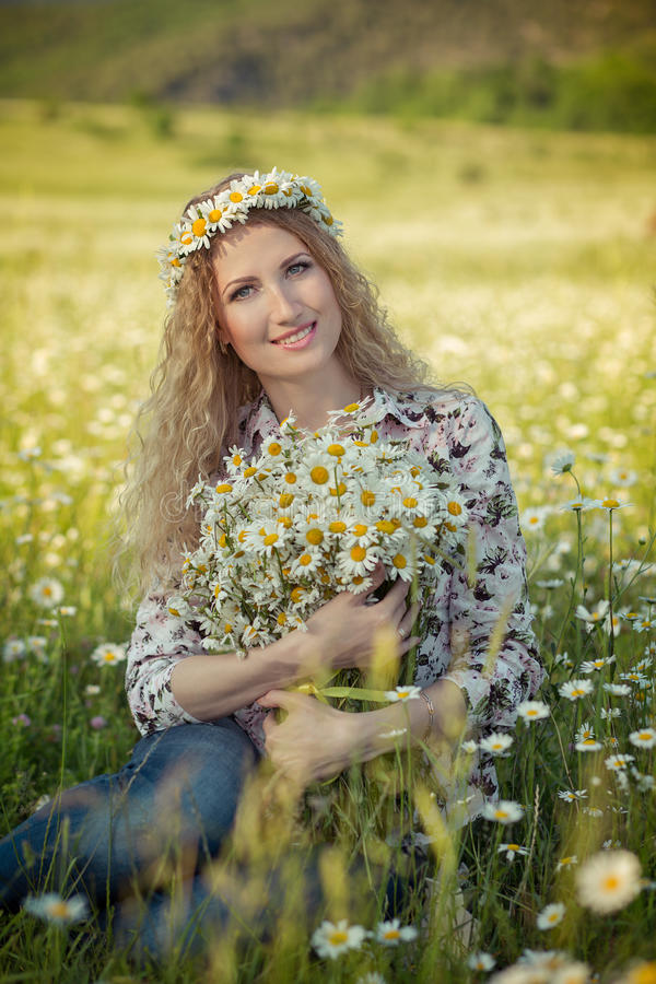 Красивая дама с милой дочерью на поле стоцвета стоковое изображение rf
