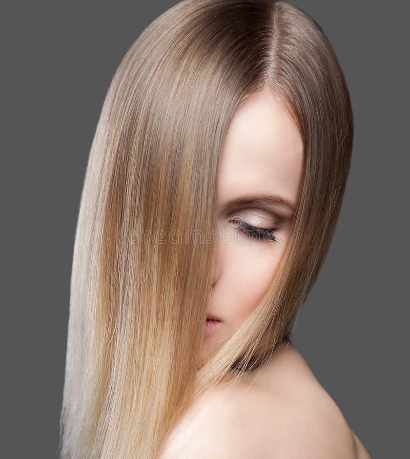 Красивая дама с прямыми волосами стоковая фотография