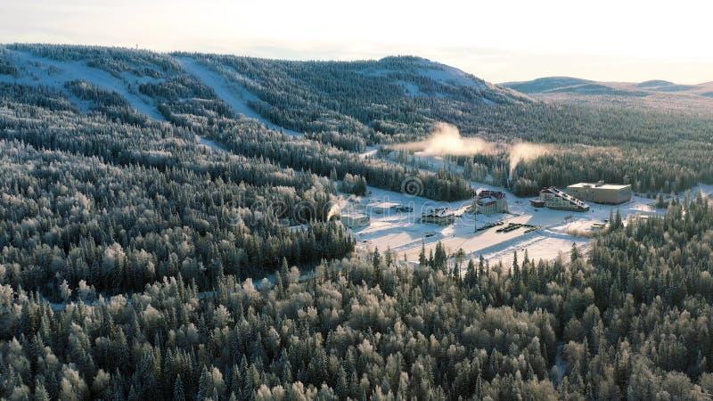 Красивая антенна людей катаясь на лыжах в снежной горе на лыжном курорте на предпосылке голубого неба footage Солнечный, зимний д стоковые фотографии rf