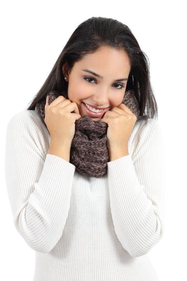 Красивая арабская женщина тепло одела хватать шарф стоковая фотография rf