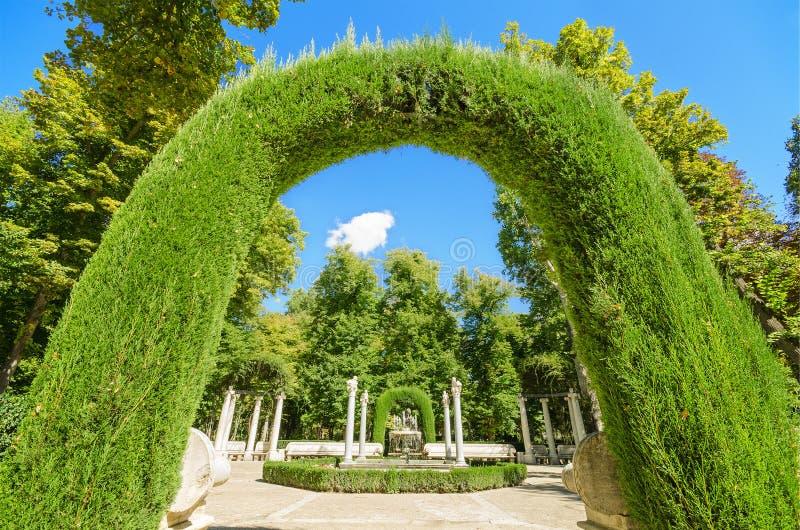 Красивая арка в дворце Аранхуэса королевском садовничает, Испания стоковое фото rf