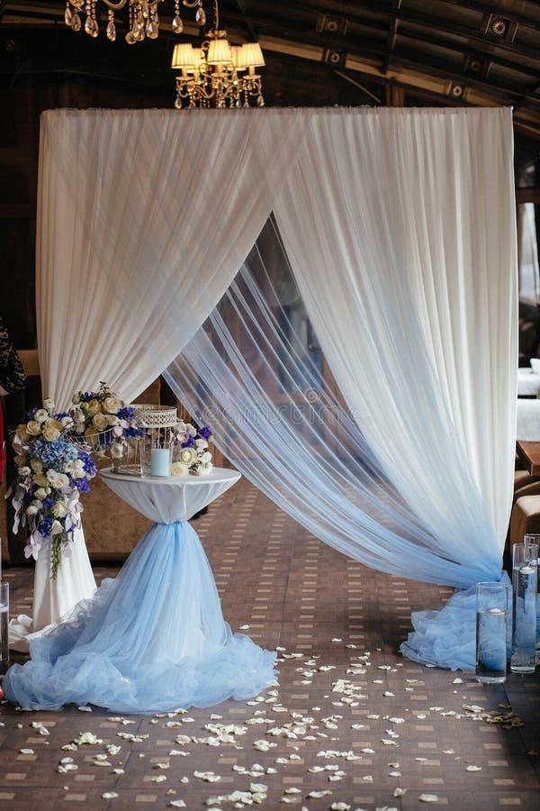 Красивая арка свадьбы стоковые изображения rf
